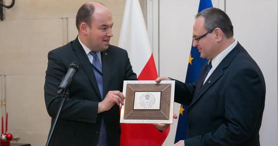 MSZ Norwegii oświadczyło, że polski konsul Sławomir Kowalski został uznany za persona non grata. Jak przekazała rzeczniczka resortu, powodem tej decyzji było zachowanie dyplomaty. W odpowiedzi polskie władze uznały za persona non grata norweską konsul w Polsce.