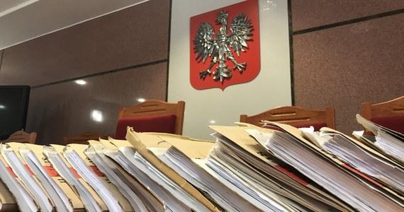 """700 wakatów orzeczniczych - takie braki kadrowe zgłaszają polskie sądy. Prezydent Andrzej Duda z powołaniami się nie śpieszy: w 2018 roku zdecydował się na to w przypadku zaledwie... 38 sędziów sądów powszechnych. W efekcie na wyroki czeka się coraz dłużej - donosi """"Dziennik Gazeta Prawna""""."""