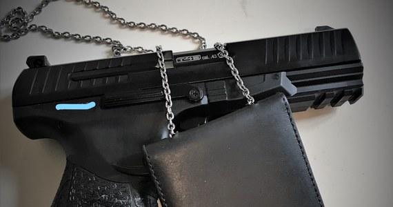Podlascy policjanci użyli broni w pościgu za 20-latkiem, który ukradł samochód dostawczy. Mężczyzna uciekał funkcjonariuszom przez kilkadziesiąt kilometrów.