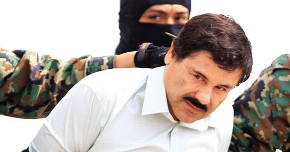 """Ława przysięgłych uznała we wtorek meksykańskiego barona narkotykowego Joaquina Guzmana """"El Chapo"""" za winnego wszystkich stawianych mu zarzutów; jego proces toczył się przez 11 tygodni przed sądem federalnym w Nowym Jorku. Guzmanowi grozi dożywocie."""
