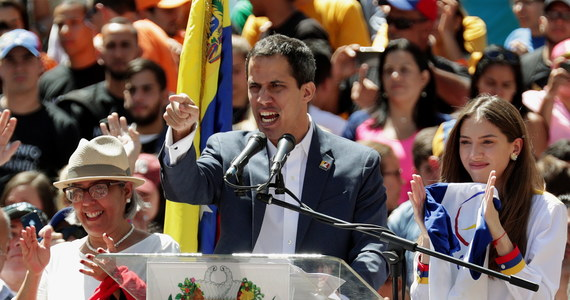Juan Guaido, który ogłosił się tymczasowym prezydentem Wenezueli, zapowiedział we wtorek, że pomoc humanitarna dotrze do kraju 23 lutego, i wezwał wojsko do przejścia na stronę opozycji. Wenezuelczycy wyszli na ulice, by domagać się wpuszczenia pomocy zagranicznej.