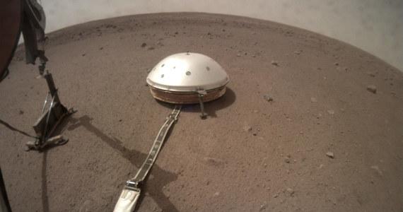 Sonda InSight ma już do dyspozycji na marsjańskim gruncie oba swoje instrumenty naukowe. Minionej nocy z pomocą specjalnego manipulatora postawiła na powierzchni Czerwonej Planety, obok sejsmometru, sondę termiczną HP3 z polskim Kretem na pokładzie. Zbudowany przez polskich naukowców i inżynierów penetrator według najnowszych planów rozpocznie pracę 22 lutego. Jego zadaniem będzie wbicie się pod powierzchnię na głębokość 5 metrów. Ma to pozwolić na pomiary ciepła płynącego z wnętrza planety.