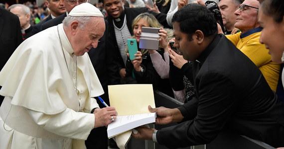 """Papież Franciszek w liście wysłanym do Wenezueli do Nicolasa Maduro nazwał go """"panem"""", a nie prezydentem. Treść listu zrelacjonował w środę dziennik """"Corriere della Sera"""". Watykan oświadczył, że nie komentuje """"prywatnych listów""""."""