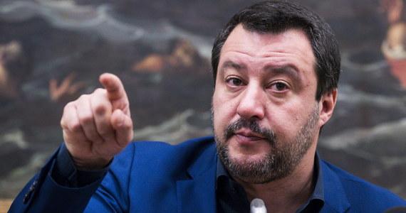 """""""Prostaki i głąby obraziły"""" Włochy - tak włoski wicepremier i szef MSW Matteo Salvini skomentował słowa ostrej krytyki, skierowane we wtorek pod adresem premiera Giuseppe Contego w Parlamencie Europejskim. Conte został tam m.in. nazwany """"marionetką""""."""