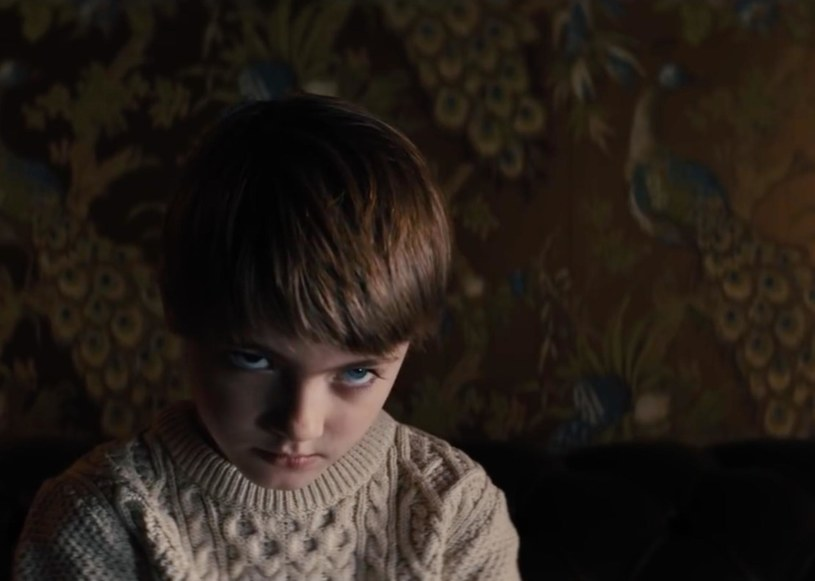 """Już od 15 lutego na ekranach kin oglądać będziemy horror """"Prodigy. Opętany"""". Na planie tego filmu spotkał się wyjątkowy zespół twórców. Producent Tripp Vinson, który pracował m.in. z Anthonym Hopkinsem (""""Ukojenie""""), Samem Rockwellem (""""Udław się"""") czy Dwaynem Johnsonem (""""San Andreas""""), mówił, że od lat jest wielbicielem horroru jako filmowego gatunku, i to nie tylko dlatego, że przełomowym filmem w jego karierze były """"Egzorcyzmy Emily Rose"""" Scotta Derricksona."""