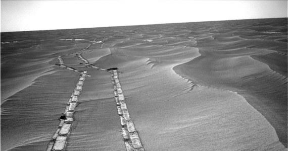 Po 15 latach od rozpoczęcia jednej z najbardziej udanych misji w dziejach badań kosmicznych, NASA oficjalnie ogłosiła, że łazik Opportunity przestał pracować. Centrum kontroli misji nie miało łączności z próbnikiem już od czerwca 2018 roku, kiedy w związku z gigantyczną burzą piaskową na Czerwonej Planecie zapadł w uśpienie. Po tym, jak burza ustąpiła podejmowano jeszcze liczne próby komunikacji w nadziei, że baterie słoneczne będą w stanie dostarczyć łazikowi wystarczającej energii, by się obudził. Wczoraj ostatecznie uznano, że nie ma na to szans.