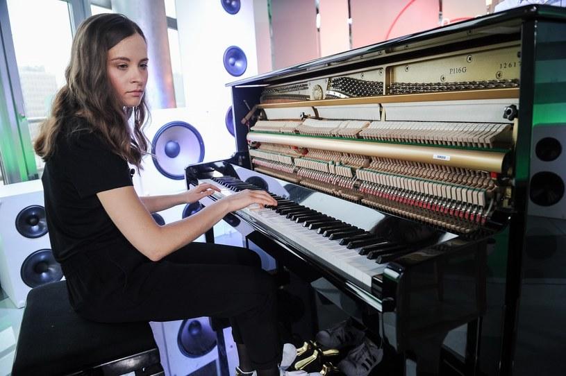 """Hania Rani (właściwie Hanna Raniszewska) zaprezentowała teledysk do utworu """"Glass"""", który zapowiada nadchodzącą solową płytę """"Esja""""."""