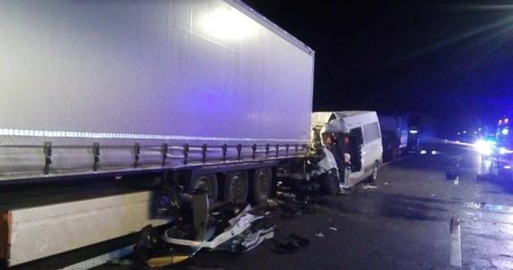Kujawsko-pomorscy policjanci zatrzymali kierowcę, który wczoraj w nocy w okolicach Torunia wjechał pod prąd i spowodował karambol - dowiedział się reporter RMF FM. W wypadku zginęła jedna osoba, a dwie zostały ranne.