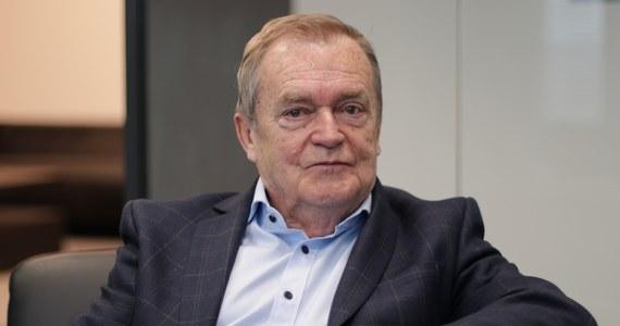 """""""Poznałem Jana Olszewskiego bardzo dawno. To były czasy początku mojej praktyki zawodowej, zaczynałem jako młody prawnik pracę w prokuraturze. Pracowałem tam przez pięć lat, to były lata 60. Właśnie wtedy poznałem pana mecenasa Jana Olszewskiego. Zadziwiał mnie swoim niesłychanym spokojem, erudycją, a przede wszystkim przeogromną wiedzą prawniczą"""" – tak o byłym premierze mówił w Porannej rozmowie w RMF FM sędzia Trybunału Konstytucyjnego w stanie spoczynku Wiesław Johann."""