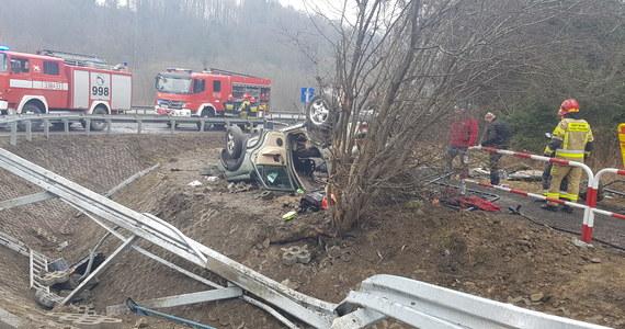 Trzy osoby zostały ciężko ranne po wypadku pomiędzy Mogilanami a Głogoczowem na tzw. zakopiance. Na miejscu wylądował śmigłowiec Lotniczego Pogotowia Ratunkowego.