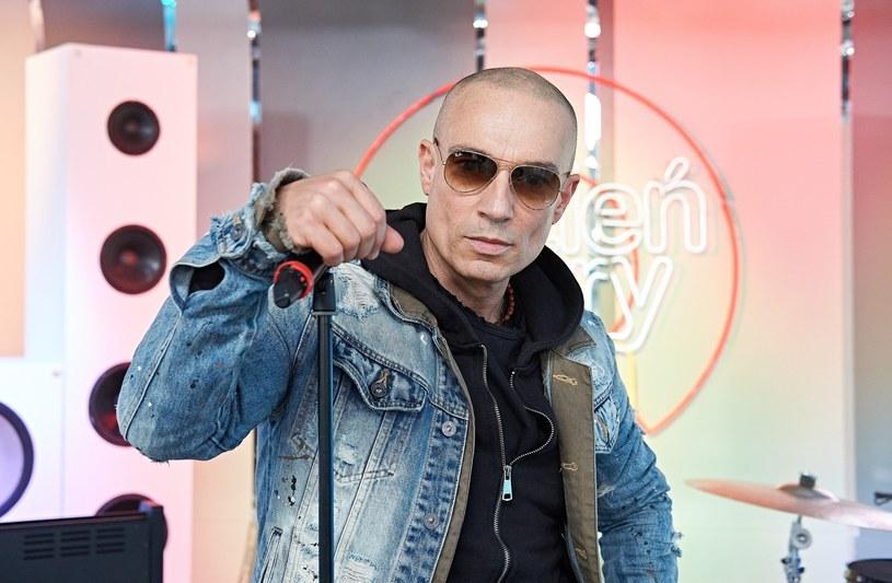"""W walentynki swój nowy utwór zaprezentował Jacek Stachursky. """"Zimna lufa"""" reklamowana jest jako """"imprezowy banger""""."""
