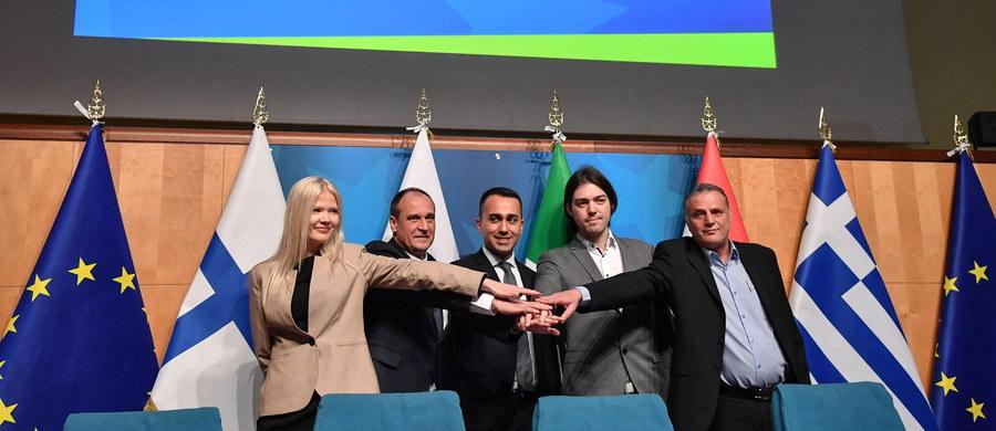Ruch Kukiz'15 zawarł sojusz ze współrządzącym we Włoszech antysystemowym Ruchem Pięciu Gwiazd przed majowymi wyborami do Parlamentu Europejskiego. Prezentacji nowej grupy dokonał w piątek w Rzymie lider włoskiej partii, wicepremier Włoch Luigi Di Maio.