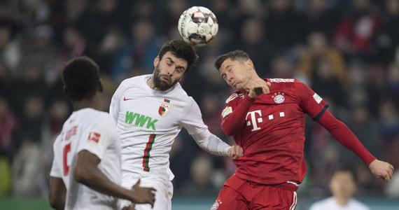 Piłkarze Bayernu pokonali na wyjeździe FC Augsburg 3:2 w niemieckiej ekstraklasie, choć dwukrotnie przegrywali. Robert Lewandowski tym razem nie zdobył gola. Monachijczycy tracą tylko dwa punkty do Borussii Dortmund, która w 22. kolejce zagra w poniedziałek.