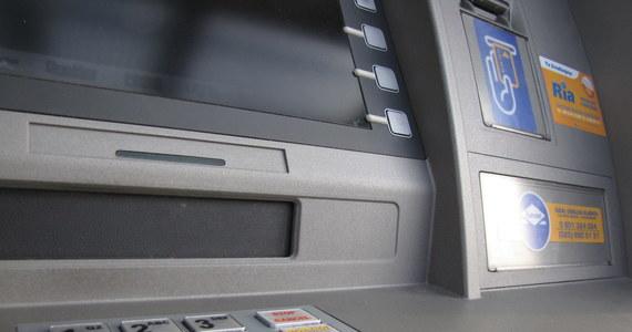 Nieznany sprawca, lub sprawcy, około godziny 3.30 w poniedziałek wysadzili bankomat w Somoninie, w powiecie kartuskim na Pomorzu.