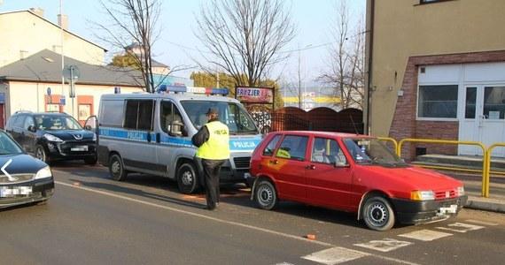 Trzy samochody zderzyły się rano na trasie krajowej numer 84 w Sanoku. W wypadku uczestniczył policyjny radiowóz. Ranni zostali dwaj policjanci. Zostali przewiezieni do szpitala.