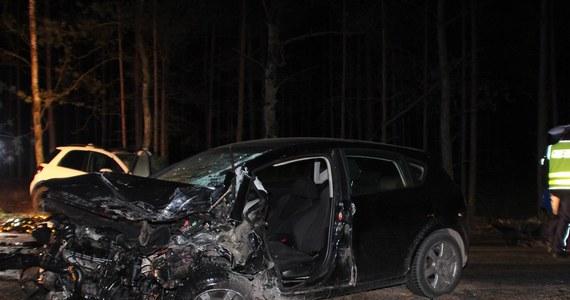 Policja ustala okoliczności tragicznego wypadku w okolicach Kościerzyny. W niedzielę wieczorem 49-letni mężczyzna i 46-letnia kobieta jechali razem z dziećmi na trasie Olpuch-Wdzydze Tucholskie. Małżeństwo zginęło na miejscu.