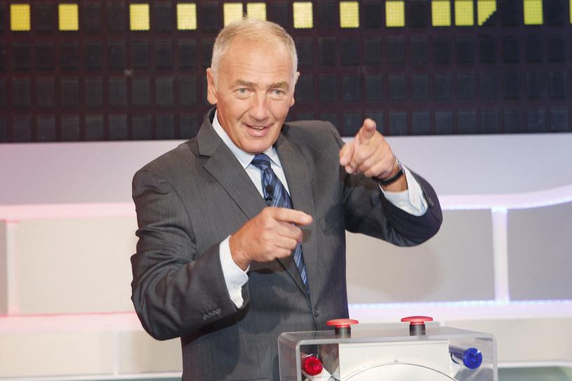 """Widzowie TVP oglądają """"Familiadę"""" już od ponad 25 lat. Do historii przeszły słynne żarty prowadzącego show Karola Strasburgera oraz zabawne wpadki uczestników tego popularnego teleturnieju. Przypominamy te najzabawniejsze!"""