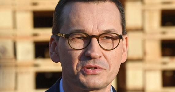"""Jestem zbudowany rozmowami, które toczyłem z naszymi partnerami z Grupy Wyszehradzkiej. Wykazali pełne zrozumienie sytuacji i naszego punktu widzenia. Potwierdziło to siłę V4 - powiedział wtorkowej """"Rzeczpospolitej"""" premier Mateusz Morawiecki, komentując reakcję liderów V4 na prośbę o przełożenie szczytu grupy."""