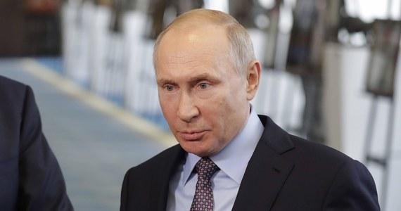 """Skandal w Moskwie. Miliarder nazywany """"kucharzem Putina"""" - mający monopol na dostarczanie posiłków dla szkół i przedszkoli - karmi dzieci zgniłym mięsem, owocami i warzywami. Kreml nie komentuje tej sprawy."""