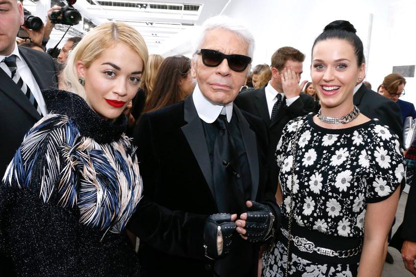 Karl Lagerfeld, słynny projektant mody i dyrektor artystyczny domu mody Chanel, zmarł 19 lutego 2019 roku w wieku 85 roku. Artysta był przyjacielem i idolem gwiazd muzyki na całym świecie. Współpracował m.in. z Pharrellem Williamsem i Lady Gagą.