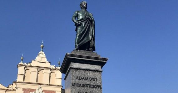 """Inskrypcja """"Adamowi Mickiewiczowi Naród."""" na cokole pomnika wieszcza na Rynku Głównym w Krakowie zostanie zmieniona. Wszystko przez błędny zapis, a dokładniej - kropkę znajdującą się na końcu."""
