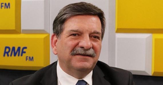 """""""Z całą pewnością jednym z efektów tych zmian jest to, że znakomicie wzrosły obroty w gastronomii"""" - tak o wpływie zakazu handlu w niedziele na gospodarkę mówił w Popołudniowej rozmowie w RMF FM poseł PiS Janusz Śniadek. Jak podkreślił w rozmowie Marcin Zaborski, według Biura Analiz Sejmowych efektem zakazu jest m.in. to, że """"małe sklepy najbardziej ucierpiały na zakazie handlu w niedziele. Jako jedyne podmioty w handlu detalicznym w wyniku ustawy odnotowały już straty w udziale w rynku"""". """"Z pewnym zażenowaniem czytałem tę analizę"""" - skomentował Śniadek. """"W tej analizie są przytaczane różne teksty prasowe, dla mnie ewidentnie nieprawdziwe, przez lobby wielkiego handlu pisane"""" - stwierdził gość Popołudniowej rozmowy w RMF FM."""