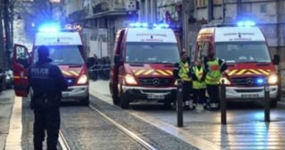 """Co najmniej pięć osób zostało rannych z powodu ataku nożownika na jednej z głównych ulic Marsylii – donoszą francuskie media. Napastnik został postrzelony przez policjantów. Reuters pisze, powołując się na źródła policyjne, że """"nie wydaje się"""", by napaść miała związek z terroryzmem."""
