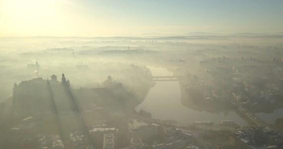Polski Alarm Smogowy po raz kolejny sprawdził, ile dni z alarmem smogowym mielibyśmy w Polsce, gdyby władze uznały, że płuca Polaków są równie czułe na zanieczyszczenie powietrza, jak płuca Europejczyków z zachodu kontynentu.