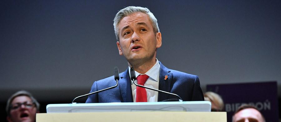 """""""Musimy tę zimną politykę w końcu zmienić na coś, co będzie radosne, optymistyczne, świeże i wiosenne. Potrzebujemy wiosny, która zmieni w końcu ten zimowy, ponury krajobraz i to my jesteśmy tą zmianą"""" – oświadczył w Kielcach lider partii Wiosna Robert Biedroń. Jak dodał, w postulatach tego ugrupowania jest coś, czego brakuje w innych programach. """"My nie idziemy na kompromisy, których ofiarami będą realni ludzie"""" – zadeklarował."""