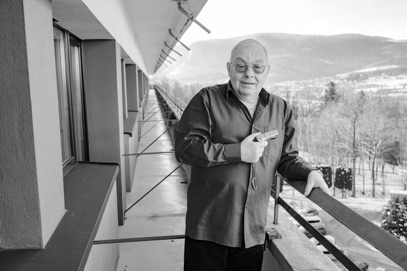 """Smutna wiadomość dla wszystkich widzów, którzy z uwagą śledzą losy kuracjuszy w """"Sanatorium miłości"""". Nie żyje Cezary Mocek, jeden z bohaterów popularnego programu TVP. Miał 67 lat."""