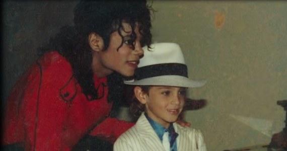 """""""Leaving Neverland"""" to trwający cztery godziny film dokumentalny o Michaelu Jacksonie. Producent i reżyser Dan Reed opowiada w nim o chłopcach, których król muzyki pop miał molestować, gdy byli dziećmi. Światowa premiera filmu odbyła się w styczniu na Sundance Film Festival w USA."""