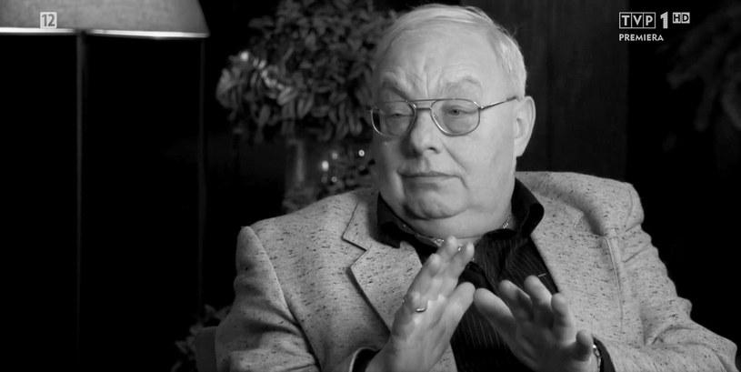 """19 lutego w wieku 67 lat zmarł Cezary Mocek, jeden z uczestników popularnego programu TVP """"Sanatorium miłości"""". Informacja o jego śmierci poruszyła widzów śledzących zmagania kuracjuszy. Wielu z nich pytało, czy wpłynie to na emisję kolejnych odcinków. Przedstawiciele TVP przekazali, jak stacja zamierza zareagować na odejście Mocka."""
