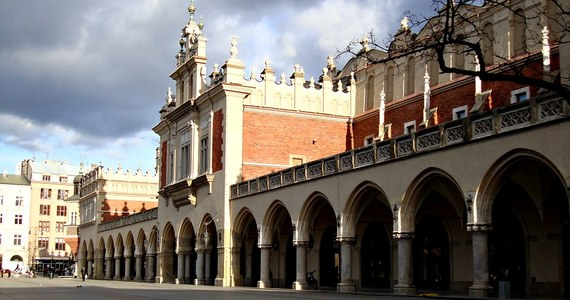 Pękające sklepienie Sukiennic na krakowskim Rynku zostanie wyremontowane – zapewnił prezydent Krakowa Jacek Majchrowski. Według niego Zarząd Budynków Komunalnych sprawdził uszkodzenia tynku i stwierdził, że nie zagrażają budynkowi.