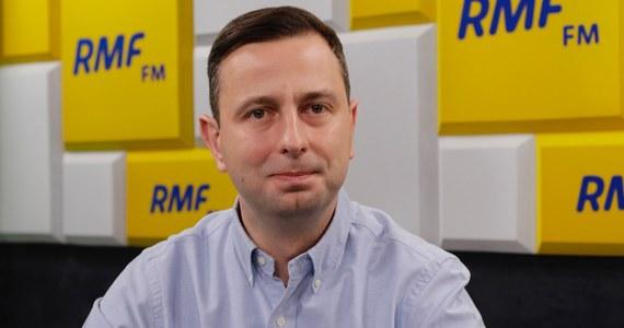 """""""Nie wierzę w rycerza na białym koniu. Nie będziemy tutaj wyczekiwać z utęsknieniem na nikogo, bo trzeba zakasać rękawy, wziąć się do roboty i samemu wygrywać wybory"""" – tak Władysław Kosiniak-Kamysz w Porannej rozmowie w RMF FM odpowiedział na pytanie, czy jego partia oczekuje powrotu Donalda Tuska do Polski. """"Co naprawdę zrobi Donald Tusk, dowiemy się pewnie dopiero po eurowyborach"""" – dodał."""