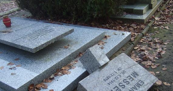 18 nagrobków uszkodzili wandale na Cmentarzu Centralnym w Szczecinie. Połamali tablice w lapidarium i w Kwaterze Zasłużonych.