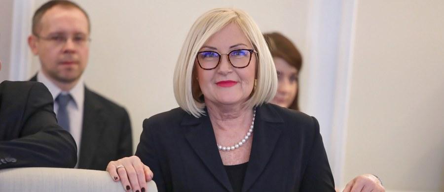 """""""Wybory do Europarlamentu traktujemy tak samo poważnie, jak każde inne wybory, dlatego na listach Zjednoczonej Prawicy znaleźli się doświadczeni politycy, którzy w pełni zaangażują się w obronę polskich interesów w Brukseli"""" - powiedziała PAP rzeczniczka rządu Joanna Kopcińska. W ten sposób odniosła się do ujawnionych we wtorek nazwisk polityków, którzy zajmą czołowe miejsca na listach Prawa I Sprawiedliwości w wyborach do PE."""