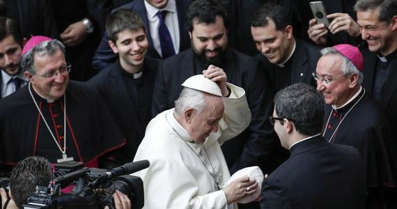 """Od modlitwy rozpoczęło się w czwartek w Watykanie zwołane przez papieża Franciszka spotkanie na temat ochrony nieletnich w Kościele. W przemówieniu papież wezwał do """"szczerej i pogłębionej dyskusji o tym, jak uporać się ze złem, które dręczy Kościół i ludzkość"""". """"Oby był to czas nawrócenia"""" napisał na Twitterze papież."""