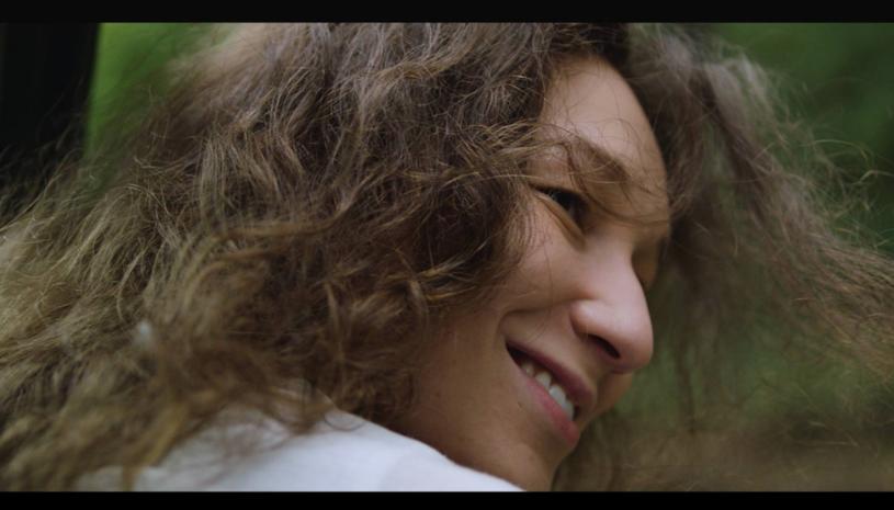 """Poniżej możecie zobaczyć klip """"O nas"""" znanej z różnych telewizyjnych programów Ewy Szlachcic, która po sześciu latach przypomina się z nową płytą """"D.N.A."""". W teledysku zagrała Anastazja Pazura, 29-letnia córka Cezarego Pazury."""
