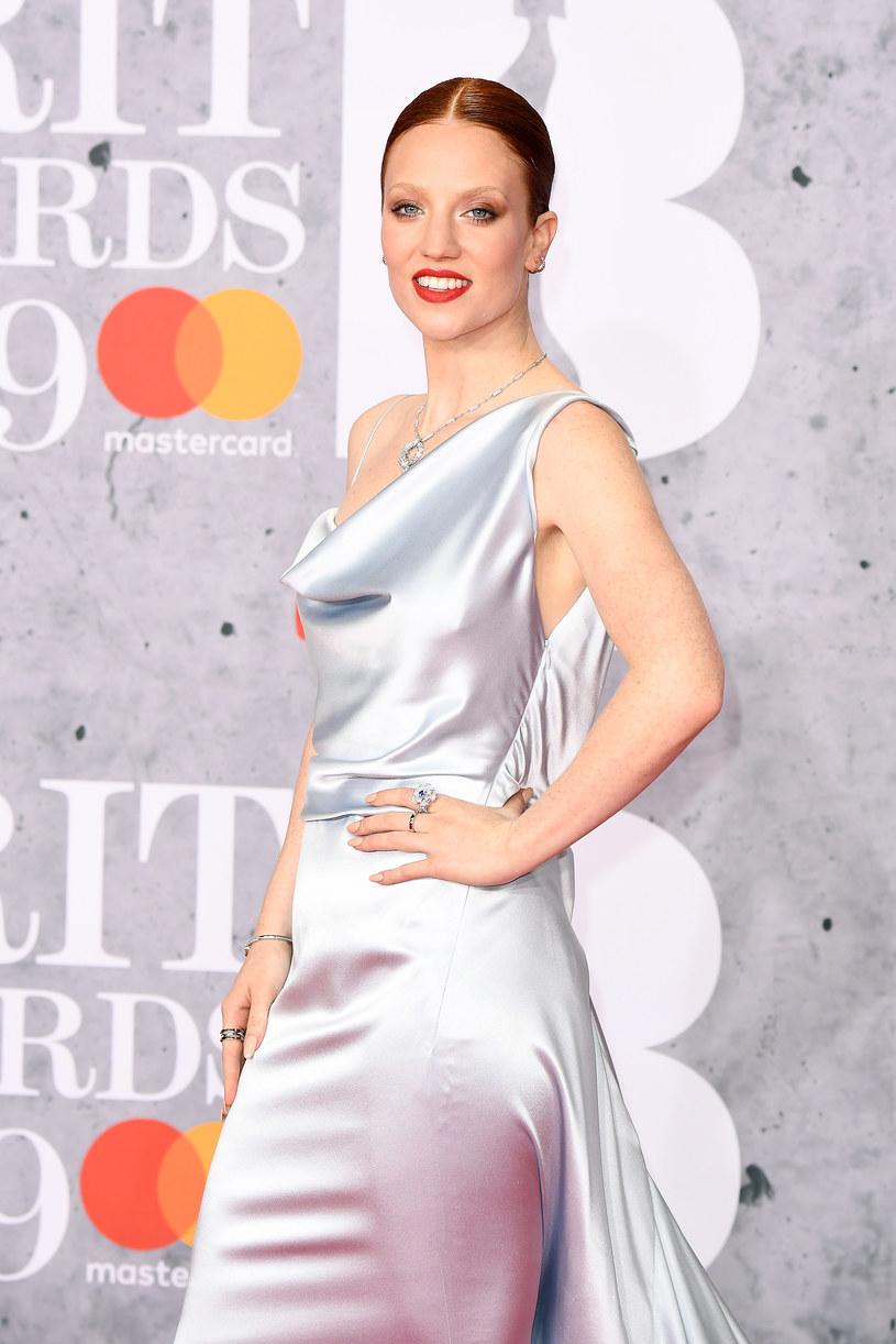 Jess Glynne była jedną z gwiazd, które wystąpiły podczas gali Brit Awards. Wokalistka zaskoczyła widzów swoim zachowaniem. W trakcie zaczęła bowiem ścierać makijaż.