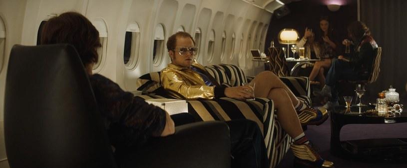 """""""Rocketman"""" Dextera Fletchera, czyli biografia piosenkarza Eltona Johna, już niedługo zagości na ekranach polskich kin. Grający Johna Reida - kochanka i menadżera artysty - Richard Madden przyznał w jednym z wywiadów, że jedna ze scen bardzo nie przypadła do gustu producentom. Informacje ten potwierdził wcielający się w muzyka Taron Egerton."""