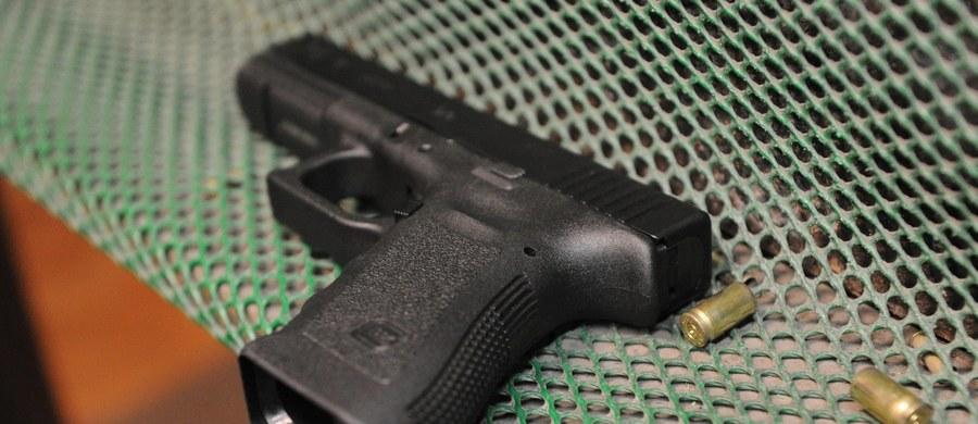 Służbową broń, pistolet Glock 17 wraz z ostrą amunicją pozostawił na stacji benzynowej w Mieścisku pracownik jednej z firm ochroniarskich. Policjanci z Wągrowca komunikaty o zgubionej broni rozesłali po całym kraju. Broń udało się odnaleźć we Wrocławiu.