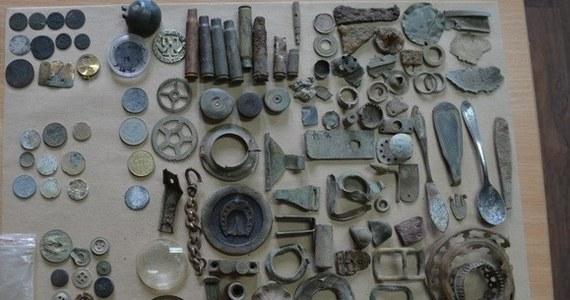 """Niemal 200 cennych numizmatów, łuski, a także inne metalowe przedmioty z różnych okresów historycznych odnaleźli policjanci ze Złotowa u 33-letniego """"samozwańczego archeologa"""". Mężczyźnie za przywłaszczenie grozi kara do trzech lat więzienia."""