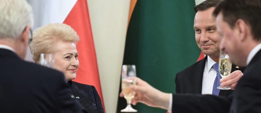 Jedność polsko-litewska była od zawsze nie po myśli Moskwy; wielowiekowe związki Polski i Litwy splotła wspólna historia i wspólne wyzwania - mówił prezydent Andrzej Duda przed uroczystą kolacją wydaną z okazji wizyty w Polsce prezydent Litwy Dalii Grybauskaite.