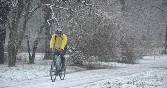 Po krótkim powiewie wiosny, do Polski powróciła zima. IMGW ostrzega przed gwałtowną zmianą pogody. W nocy - miejscami - temperatura spadła o kilkanaście stopni w ciągu kilku godzin. W ciągu dnia opady deszczu będą zamarzać. Na drogach będzie ślisko. Rano poprószyło m.in. w Małopolsce, oraz w woj. warmińsko-mazurskim.
