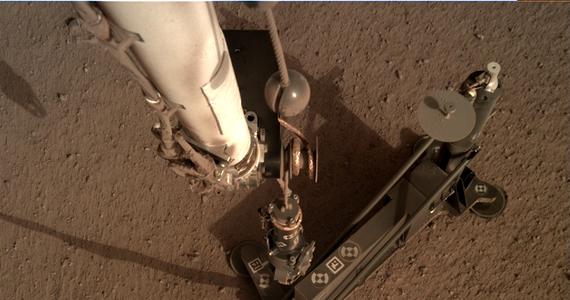 Polski Kret ma wolny weekend na Marsie. NASA przesunęła początek prac przy wbijaniu sondy termicznej HP3 w powierzchnię Czerwonej Planety. W ubiegłym tygodniu zapowiadano go na dziś, obecne plany przewidują, że praca rozpocznie się we wtorek 26 lutego. Kret wraz z całą aparaturą wylądował na marsie 26 listopada ubiegłego roku, na pokładzie sondy InSight. Od 13 lutego w specjalnej prowadnicy stoi już bezpośrednio na marsjańskim gruncie. Sonda termiczna ma po raz pierwszy w historii mierzyć przepływ ciepła z marsjańskiego wnętrza, Kret ma ją wbić na głębokość 5 metrów.