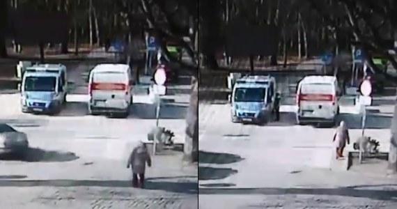 Po kilku dniach udało się ustalić tożsamość chłopca, którego szybka reakcja pomogła uratować mężczyznę z rozległym zawałem serca - podaje TVN24. Policjanci podziękowali 13-latkowi i wręczyli mu upominki.