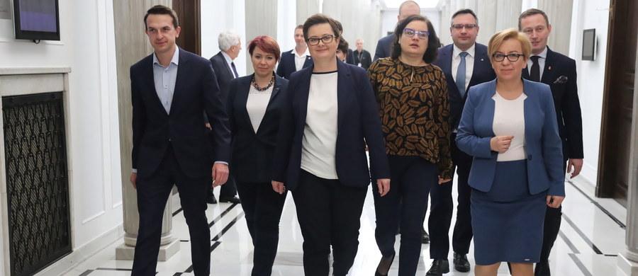 """""""Zarząd Nowoczesnej zdecydował w piątek, że Nowoczesna będzie współtworzyć Koalicję Europejską - koalicję sił prodemokratycznych, które chcą wspólnie zadbać o to, by głos Polski był w UE szczególnie mocno słyszany"""" - poinformowała na konferencji prasowej szefowa partii Katarzyna Lubnauer."""