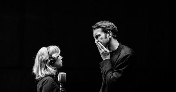 """Od niedzieli 24 lutego tylko przez 4 dni będzie można obejrzeć w Warszawie niezwykłą wystawę zdjęć z planu filmu """"Zimna wojna"""" nominowanego w tym roku do trzech Oscarów. To impresja znanego fotografa Łukasza Bąka na temat świata, w którym żyją bohaterowie grani przez Joannę Kulig i Tomasza Kota."""
