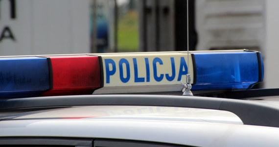 Policja nadal poszukuje sprawcy napadu na sklep jubilerski w Buku pod Poznaniem. Mężczyzna przy użyciu młotka rozbił sklepową witrynę, ukradł biżuterię i uciekł. Na miejscu zgubił jednak charakterystyczne narzędzie.
