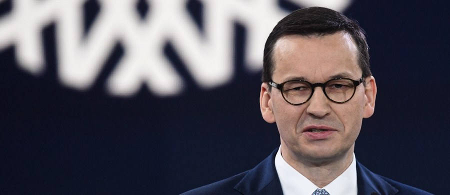 """""""To nie jest tani populizm, to jest po prostu program dla polskich rodzin"""" – tak premier Mateusz Morawiecki skomentował w TVP najnowsze obietnice Prawa i Sprawiedliwości przedstawione na konwencji w Warszawie. Wyjaśnił, że realizacja programu będzie możliwa, bo rząd """"dobrze zarządził"""" sprawami budżetowymi i był w stanie rozpędzić gospodarkę """"do takiego poziomu, że ona działa dobrze""""."""